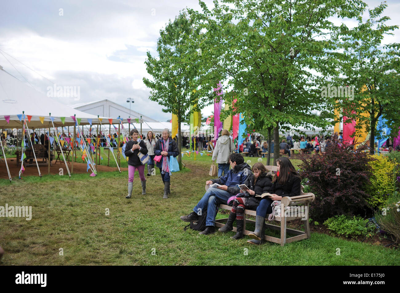 Hay on Wye, Wales UK, Sunday 25 May 2014 Thousands of people descend on the Hay on Wye  on the fourth day of the 2014 Daily Telegraph Hay Literature Festival, Wales UK photo Credit: keith morris/Alamy Live News - Stock Image
