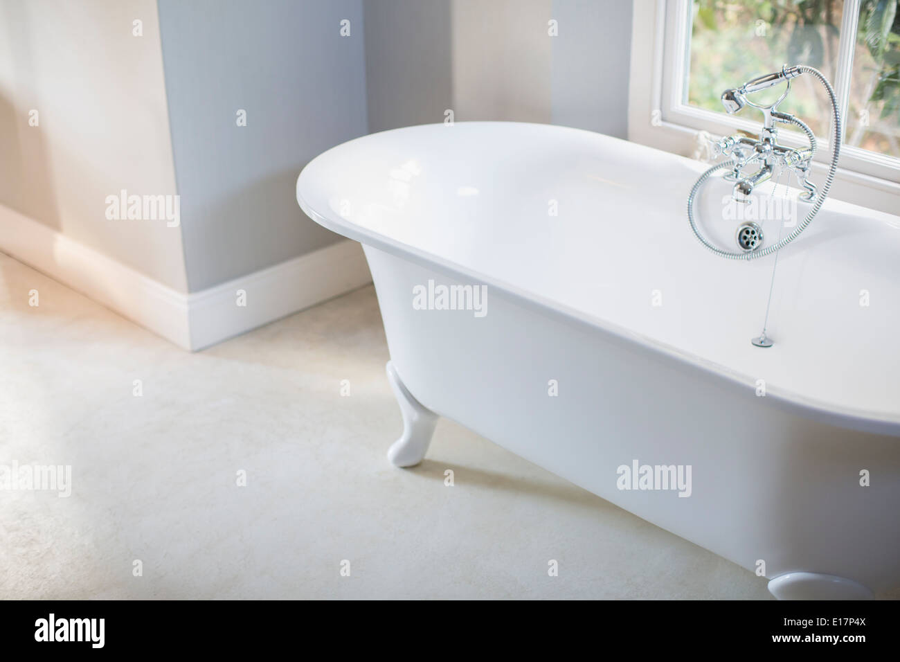 Claw Foot Tub Stock Photos & Claw Foot Tub Stock Images - Alamy