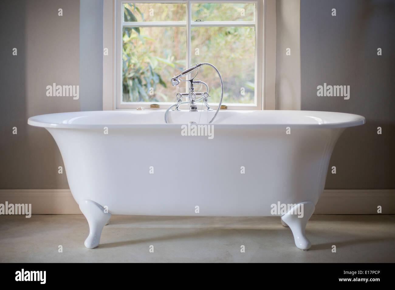 Claw foot tub in luxury bathroom Stock Photo: 69627398 - Alamy