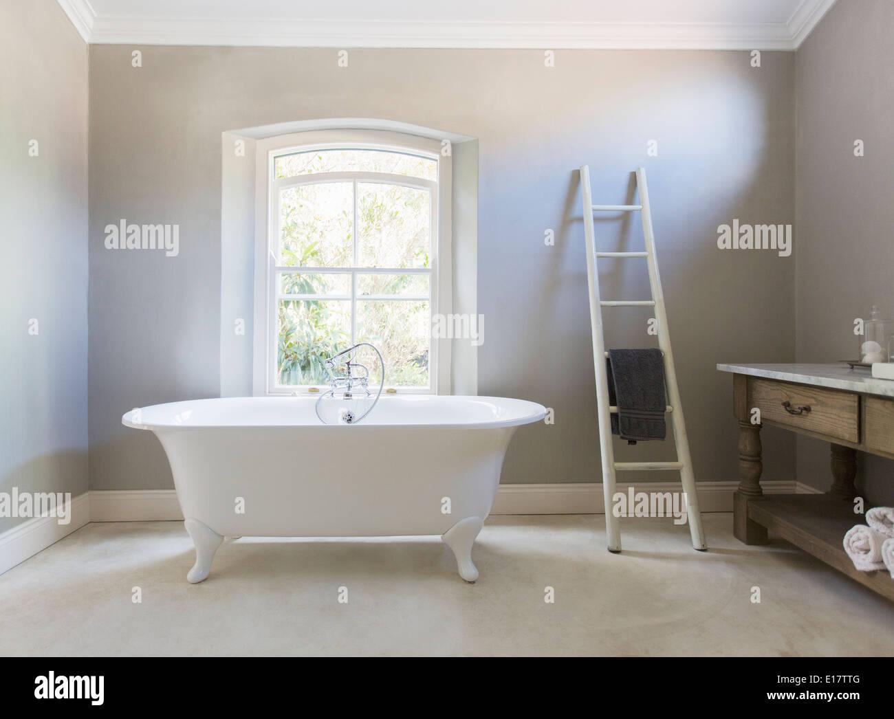 Claw foot tub in luxury bathroom - Stock Image