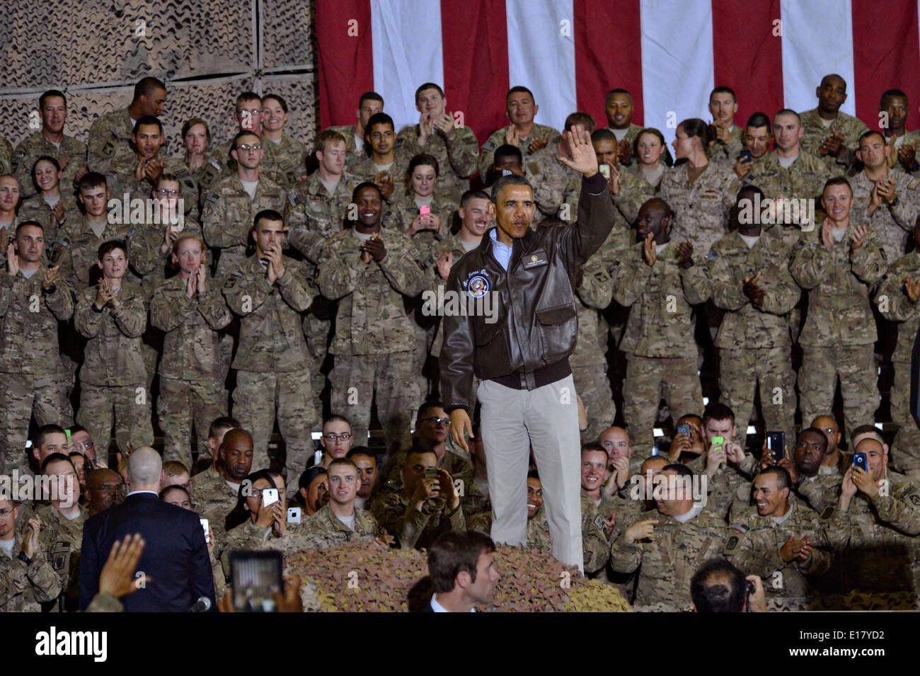 US President Barack Obama waves to service members during an unannounced visit to Bagram Air Field May 25, 2014 in Afghanistan. - Stock Image