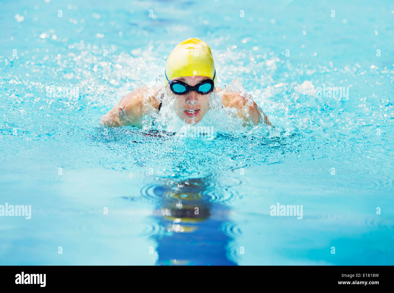 Swimmer wearing goggles in pool - Stock Image
