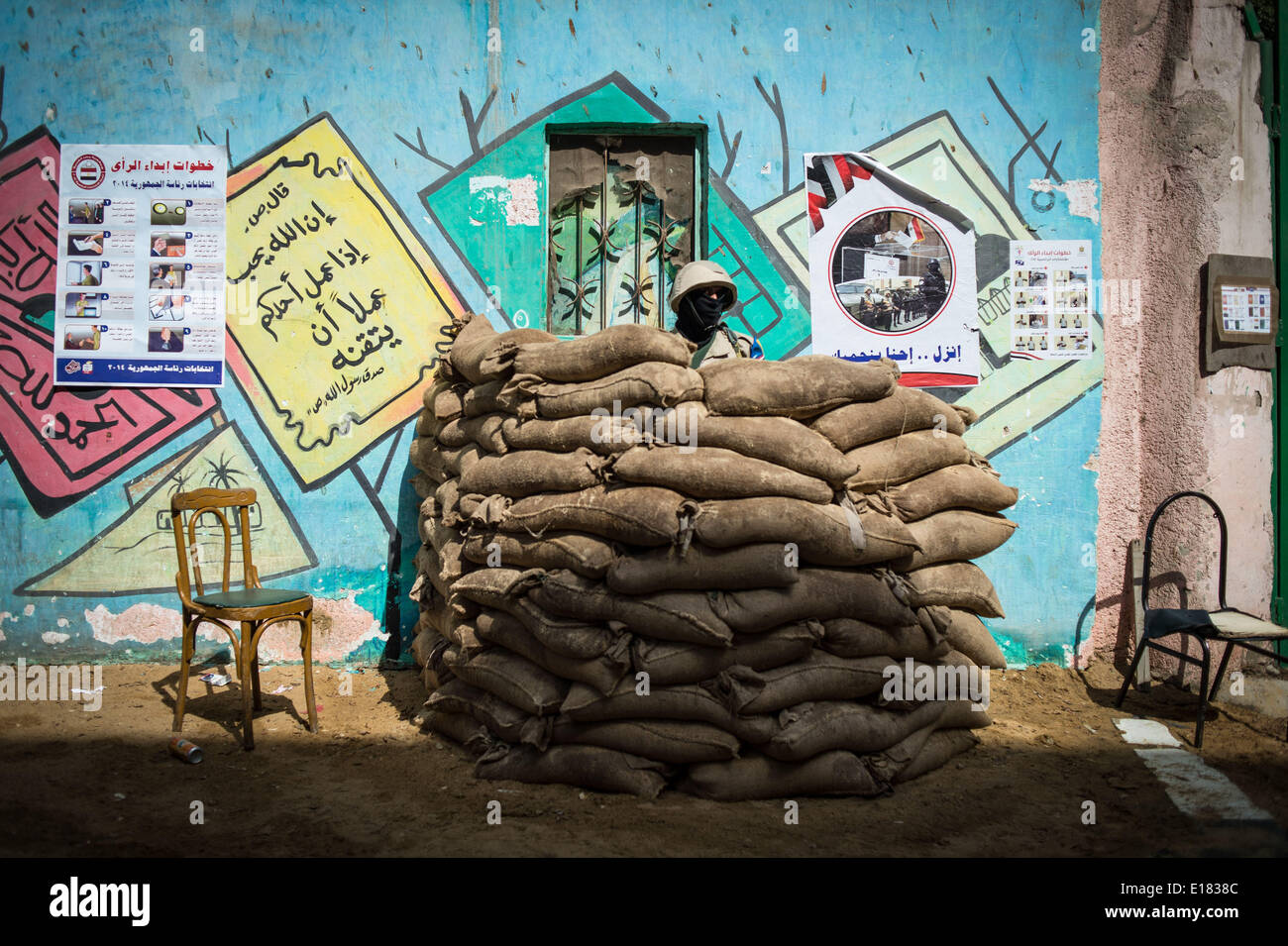 Cairo, Egypt. 26th May, 2014. An Egyptian army solider guards outside a polling station in Cairo, Egypt, on May 26, 2014. Egypt held presidential election on Monday. Credit:  Pan Chaoyue/Xinhua/Alamy Live News - Stock Image