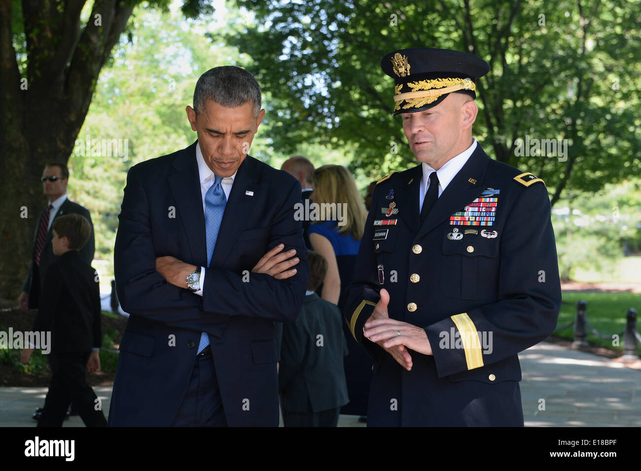 US President Barack Obama listens to Army Maj. Gen. Jeffrey S. Buchanan, right, Military District of Washington commander, before a wreath laying ceremony in recognition of Memorial Day at Arlington National Cemetery May 26, 2014 in Arlington, VA. - Stock Image