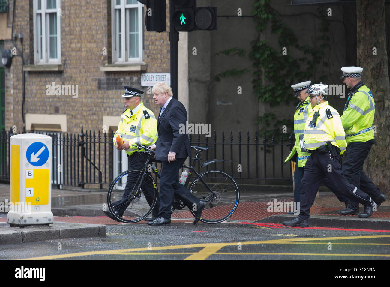 London, UK. 27 May 2014. Photocall with Boris Johnson and Superintendent Rob Revill, MPS Saver Transport Command. London Mayor Boris Johnson backs police road safety operations as serious cyclist injuries fall by 28 per cent in 2013 compared to 2012. Serious injuries to cyclists were down to 465 in 2013 from 657 in 2012. One in 433,000 cycle journeys made in London in 2013 ended in the cyclist being killed or seriously injured. Credit:  Nick Savage/Alamy Live News - Stock Image