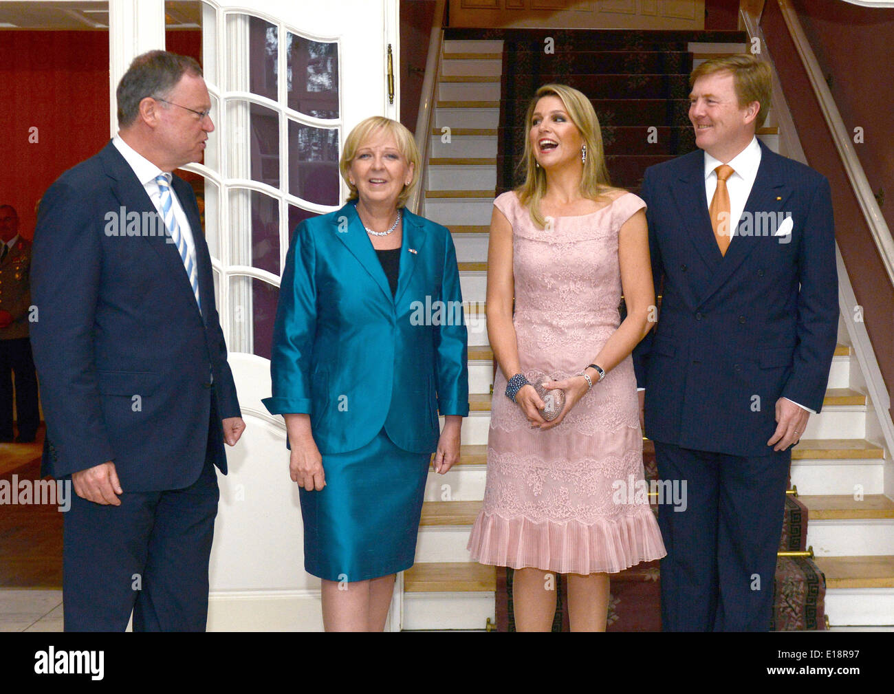 Muenster, Germany. 26th May, 2014. North Rhine-Westphalia's Premier Hannelore Kraft (SPD, 2nd L) and Lower Saxony's Premier Stephan Weil (SPD, L) welcome King Willem-Alexander of the Netherlands (R) and Queen Maxima of the Netherlands (2nd R), for a dinner event at Wilkinghege Palace in Muenster, Germany, 26 May 2014. The Dutch royal couple is on a two-day visit to Germany. Photo: Caroline Seidel/dpa/Alamy Live News - Stock Image