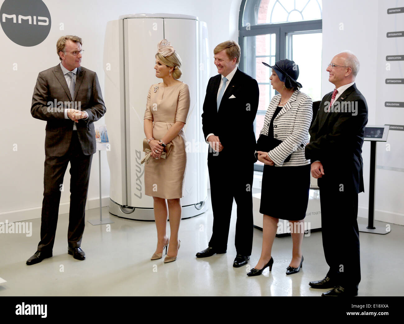 Essen, Germany. 27th May, 2014. The director of the Dutch-German MMID centre for creativity Marcel Magermans (L) welcomes Queen Maxima of the Netherlands (2nd L), King Willem-Alexander (C) and North Rhine-Westphalia's Premier Hannelore Kraft in Essen, Germany, 27 May 2014. The attending man (R) is not identified. The Dutch royal couple is on a two-day visit to Germany. Photo: Oliver Berg/dpa/Alamy Live News - Stock Image