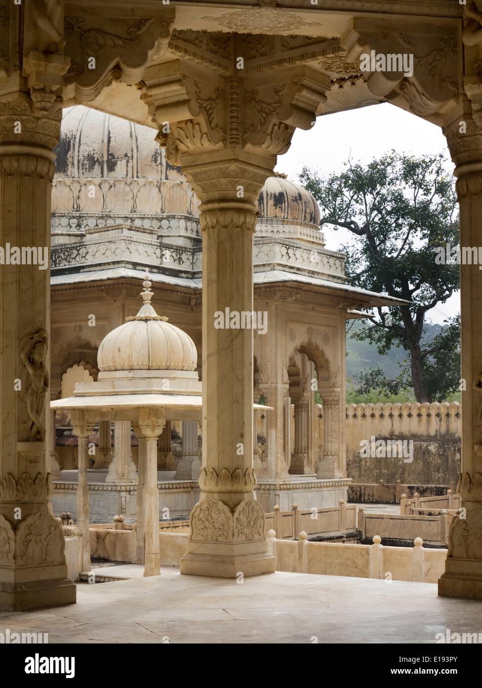 India, Rajasthan, Jaipur, Gaitore Ki Chhatriyan, Royal Cremation Ground, marble cenotaphs - Stock Image