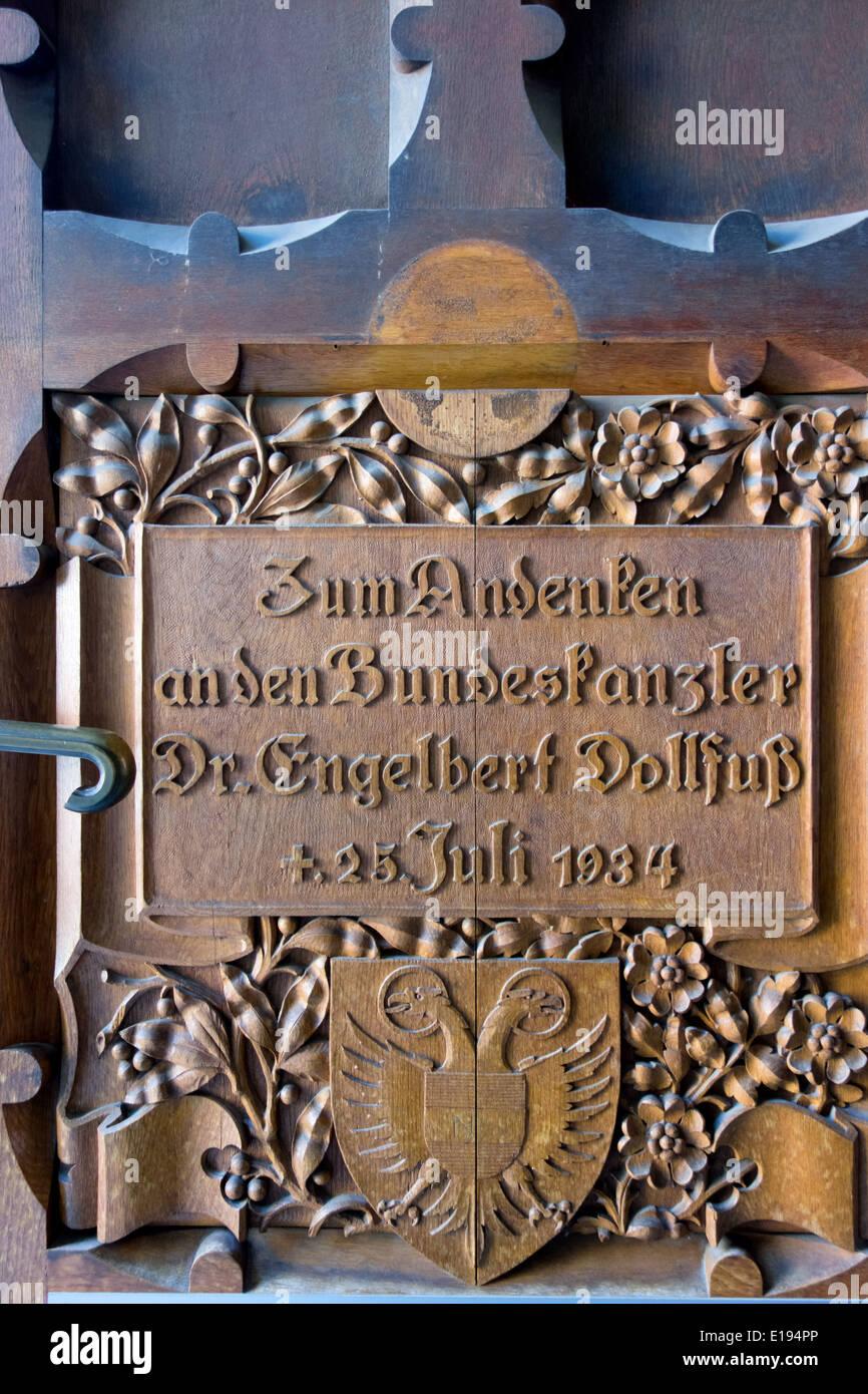 Der 'neue Dom' auch 'Mariendom' in Linz, Oberˆsterreich. Gedenktafel f¸r Bundeskanzler Dollfufl - Stock Image