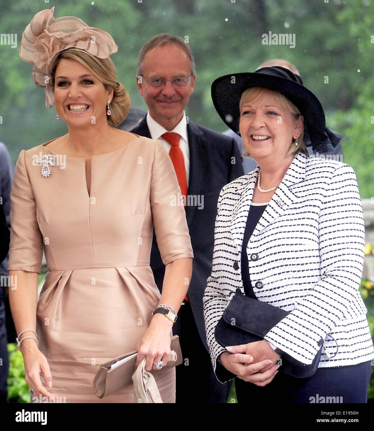 Bedburg-Hau, Germany. 27th May, 2014. North Rhine-Westphalia's Premier Hannelore Kraft (SPD, R) and Queen Maxima of the Netherlands (L) pose in front of Museum Schloss Moyland in Bedburg-Hau, Germany, 27 May 2014. The Dutch royal couple is on a two-day visit to Germany. Photo: HENNING KAISER/dpa/Alamy Live News - Stock Image
