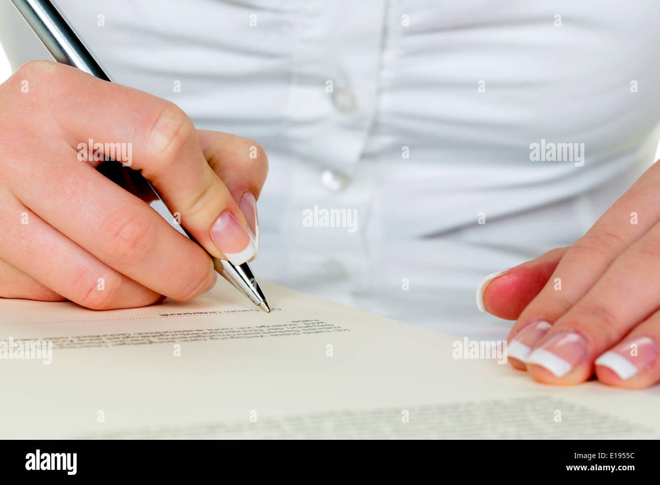 Hand mit F¸llfeder unterschreibt Vertrag. Frau beim unterzeichnen Stock Photo