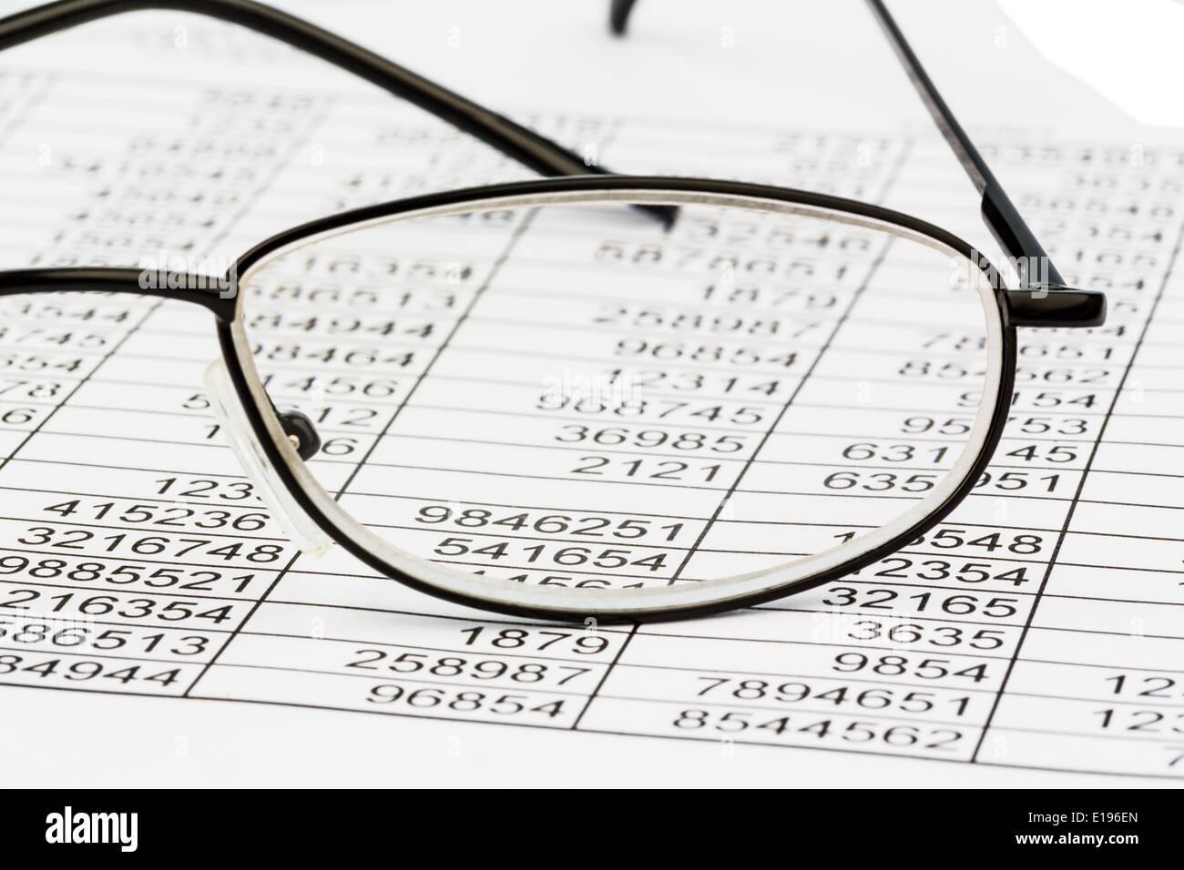 Eine Tabelle mit den Zahlen von Umsatz und Ausgaben. Symbolphoto f¸r Kosetn, Gewinn, Controlling - Stock Image