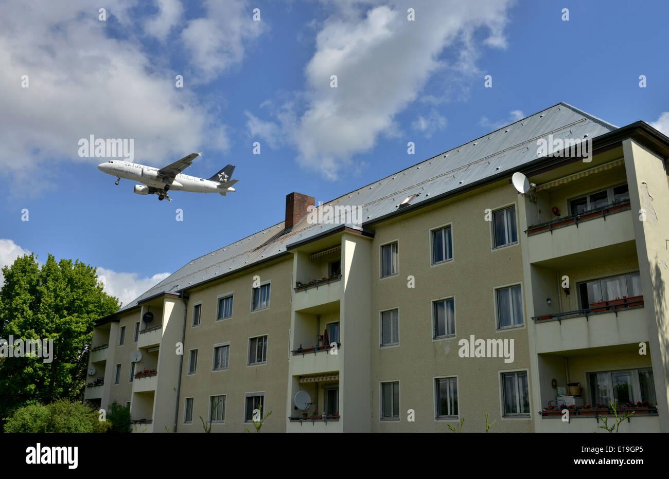 Fluglaerm, Flugzeug, Wohnhaus, Kurt-Schumacher-Damm, Tegel, Berlin, Deutschland / Fluglärm - Stock Image