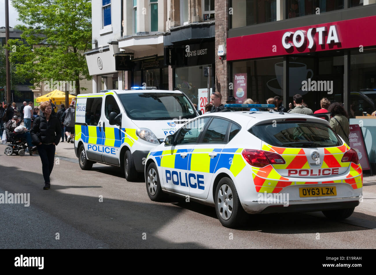 Thames Valley Police attending an incident in Queen Street, Oxford. - Stock Image