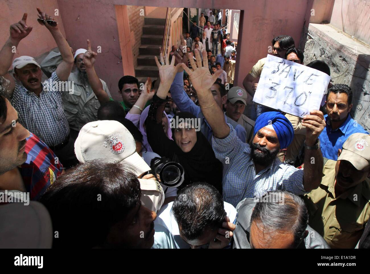 Srinagar, Kashmir. 28th May, 2014. Supporters of Indian-controlled Kashmir's ruling party National Conference shout Stock Photo