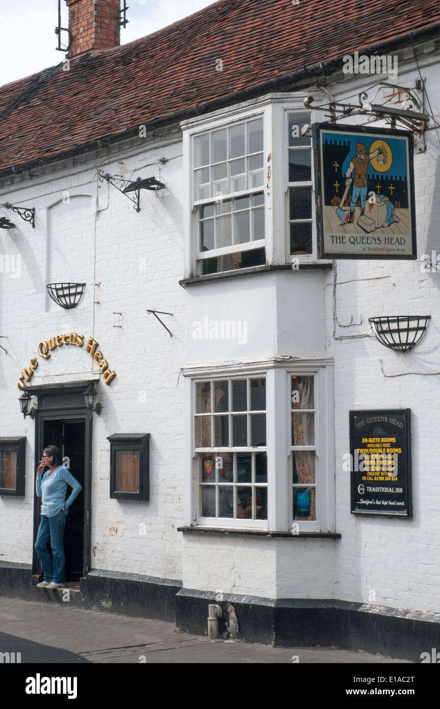 Historic Queens Head Hotel ( pub ) in Stratford-upon-Avon, England - Stock Image