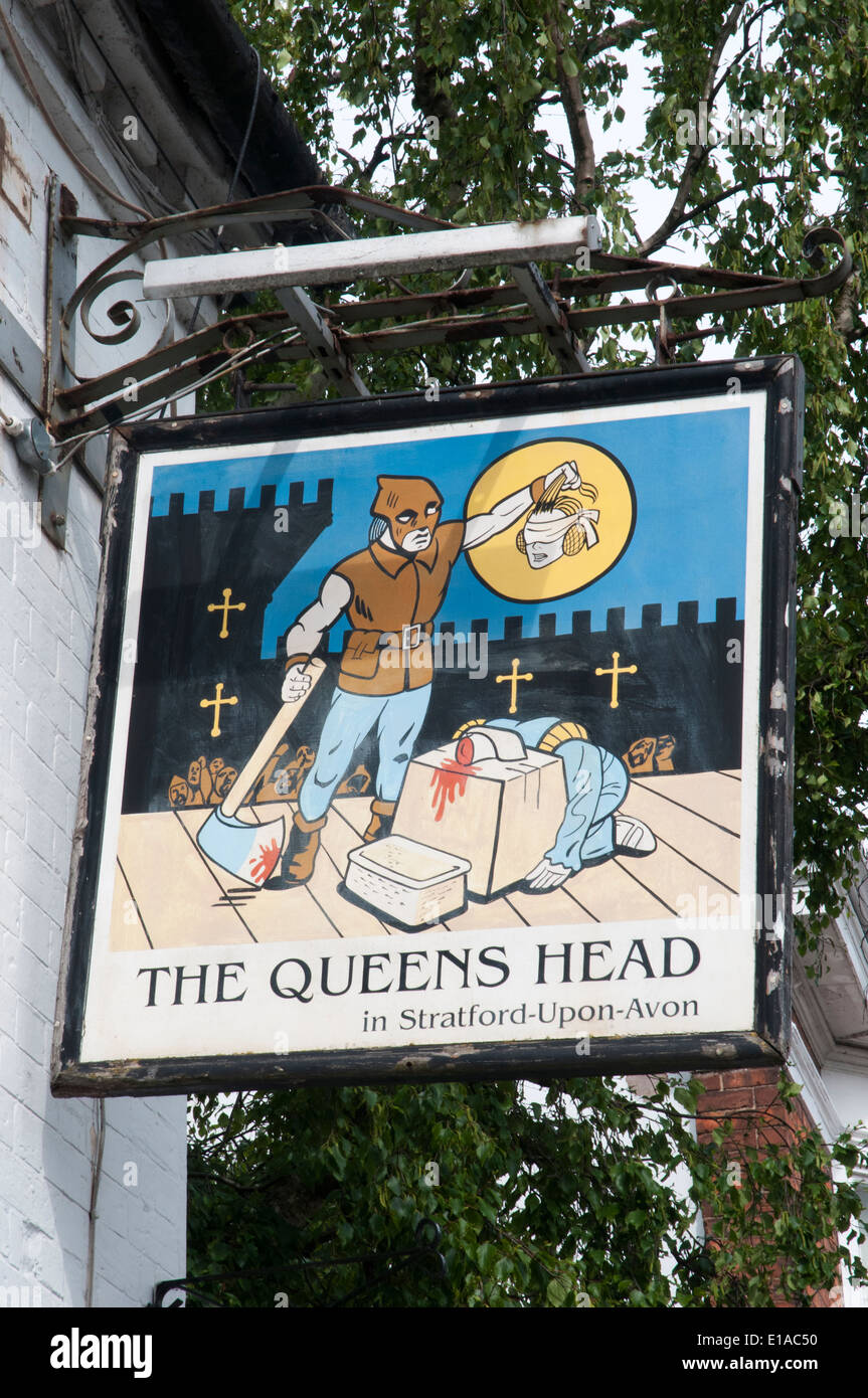 Sign hanging outside the historic Queens Head Hotel ( pub ) in Stratford-upon-Avon, England - Stock Image