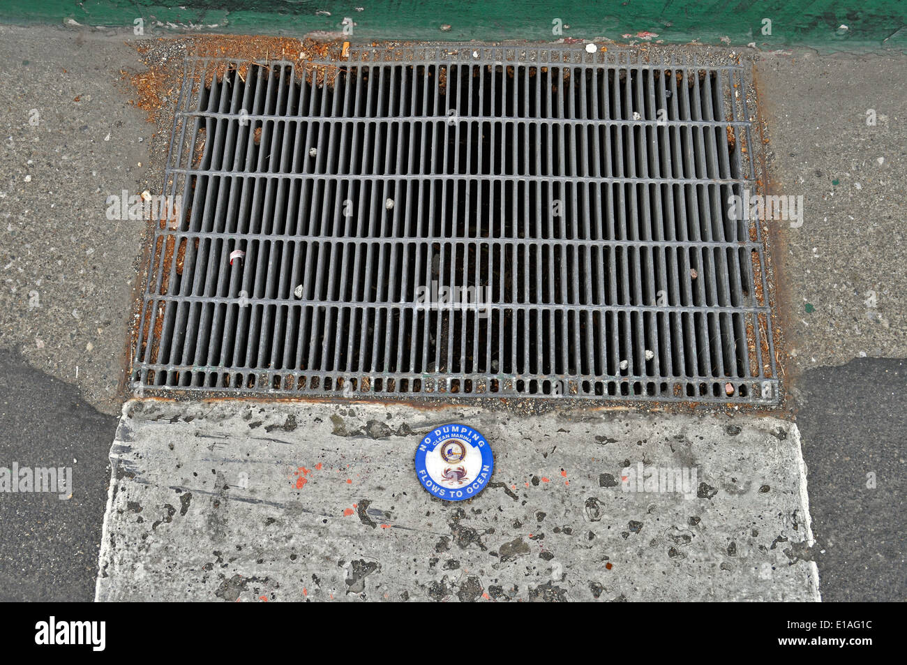 "Storm drain ""No Dumping Flows to Ocean"" sign Stock Photo"