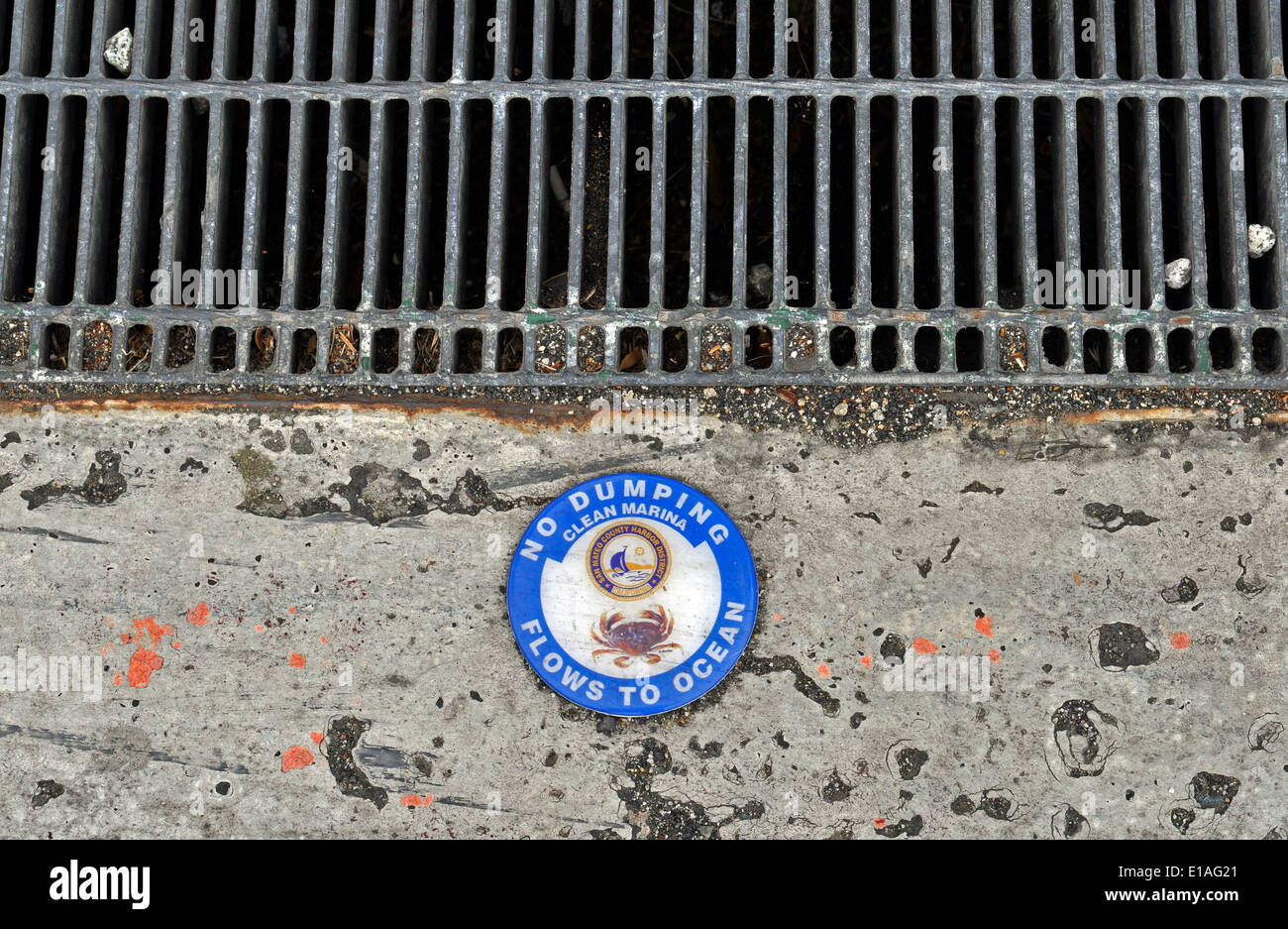 Storm drain 'No Dumping Flows to Ocean' sign - Stock Image