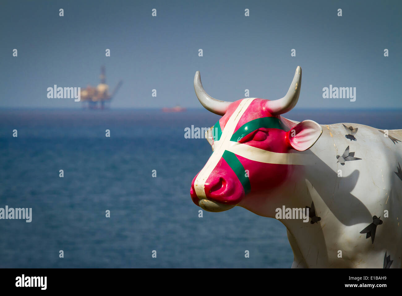 Painted cow and oil rig. Mundaka. Biscay, Basque Country, Spain, Europe. - Stock Image
