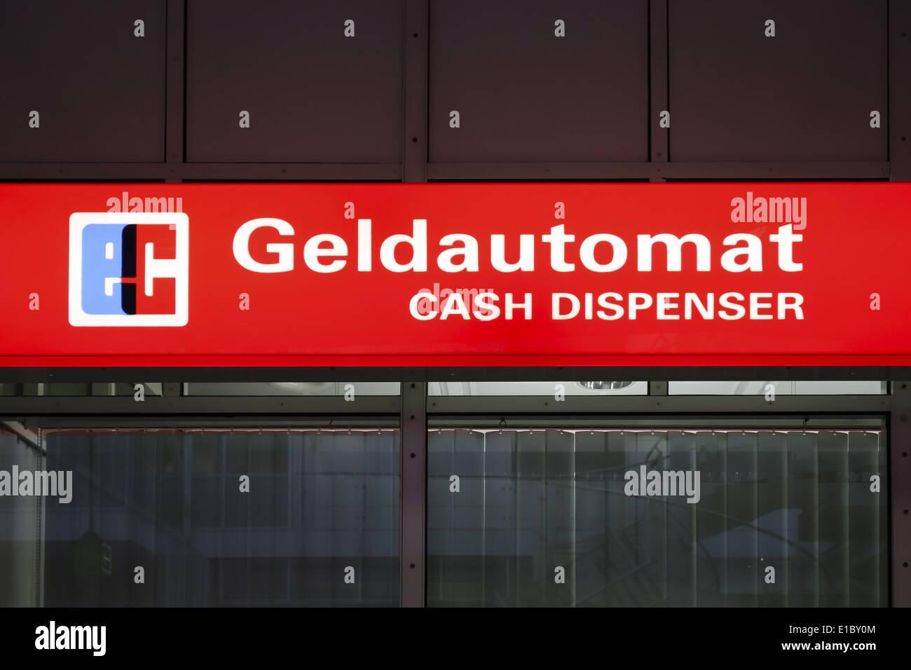 Geldautomat im Flughafen München Deutschland - Stock Image