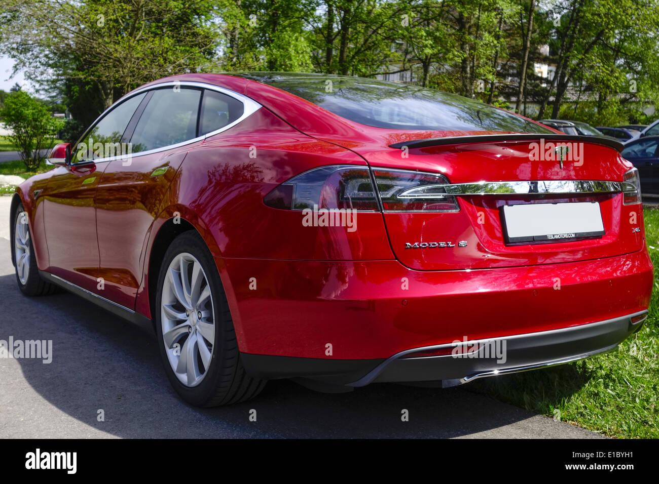 Roter Tesla Model S P85, ein Luxus-Elektroauto - Stock Image