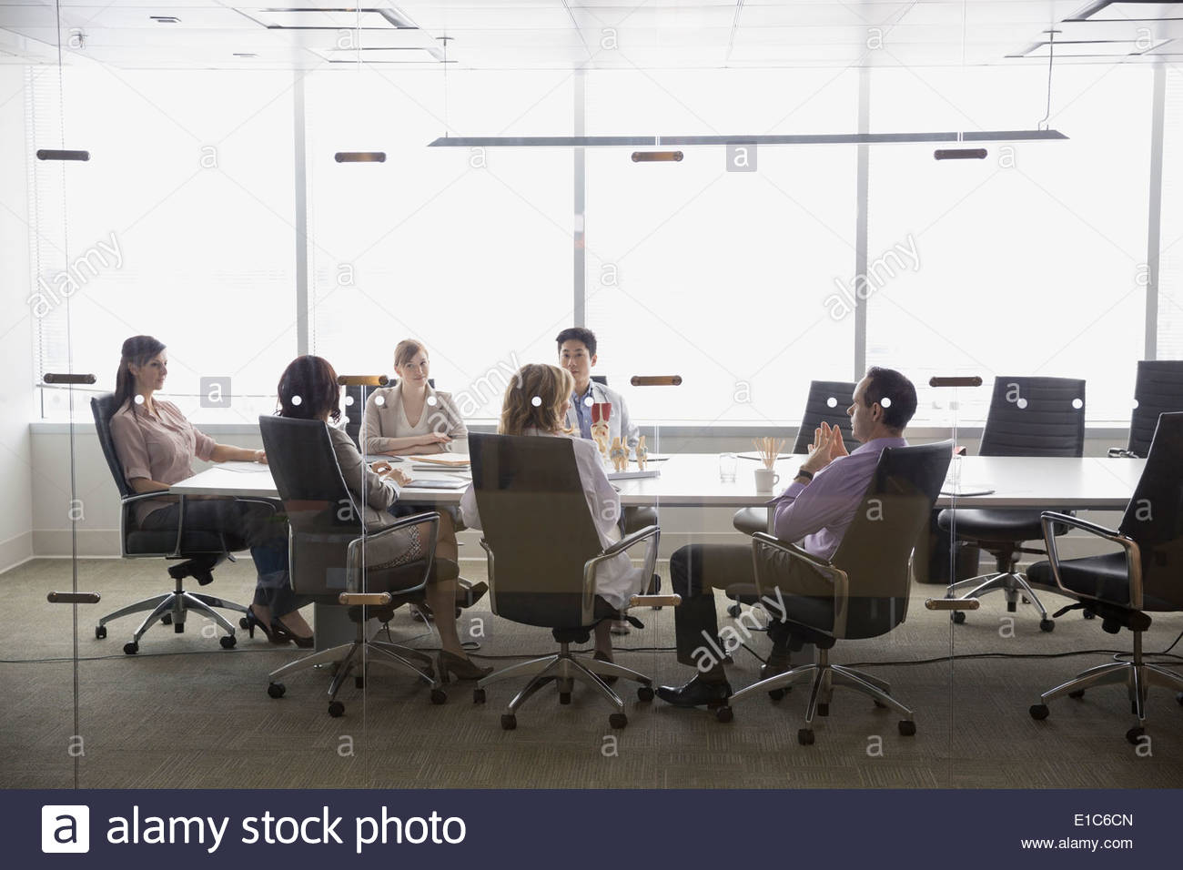 Doctors meeting in conference room - Stock Image