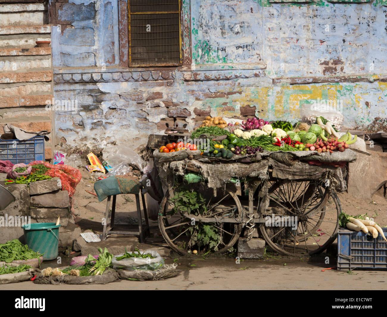India, Rajasthan, Jodhpur, Brahmpuri, unhygienic roadside fruit and vegetable stall - Stock Image