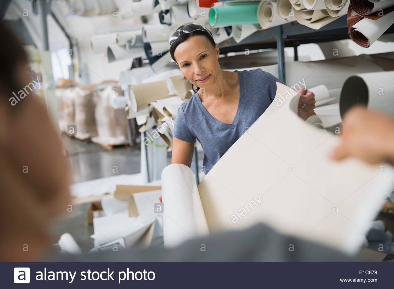 Workers in textile manufacturing plant - Stock Image