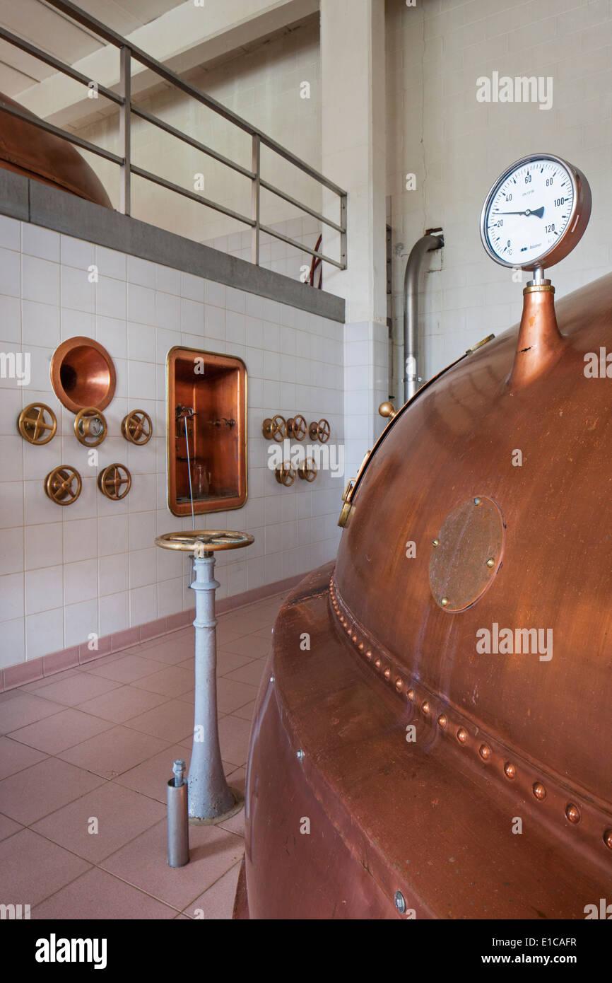 Copper brew kettle at Brouwerij Lindemans, Belgian brewery at Vlezenbeek, producer of geuze and kriek beer - Stock Image