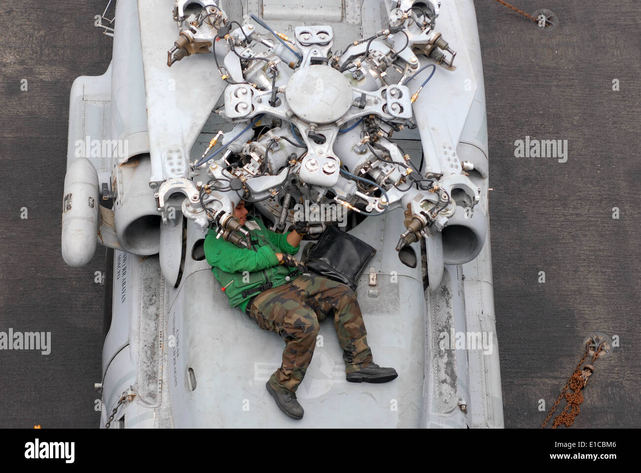 us navy aviation machinists mate airman felix carcamo replaces the droop stop heating element on an sh 60f seahawk helicopte