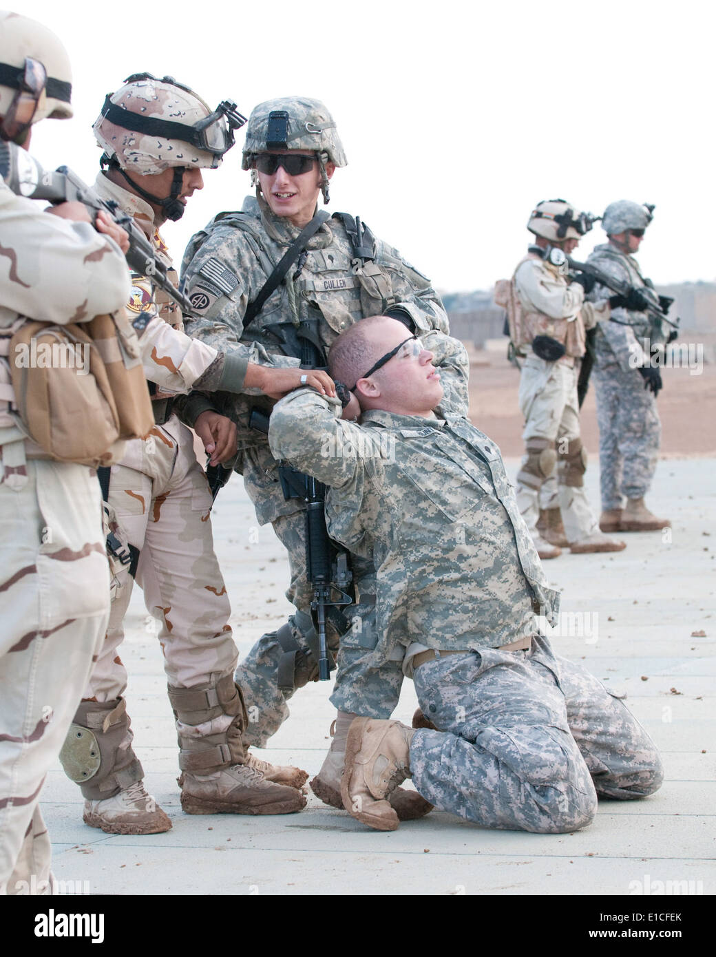 U.S. Army Spc. Patrick Cullen demonstrates to Iraqi scouts from 1st Iraqi Army Division how to secure detainees during partnere - Stock Image