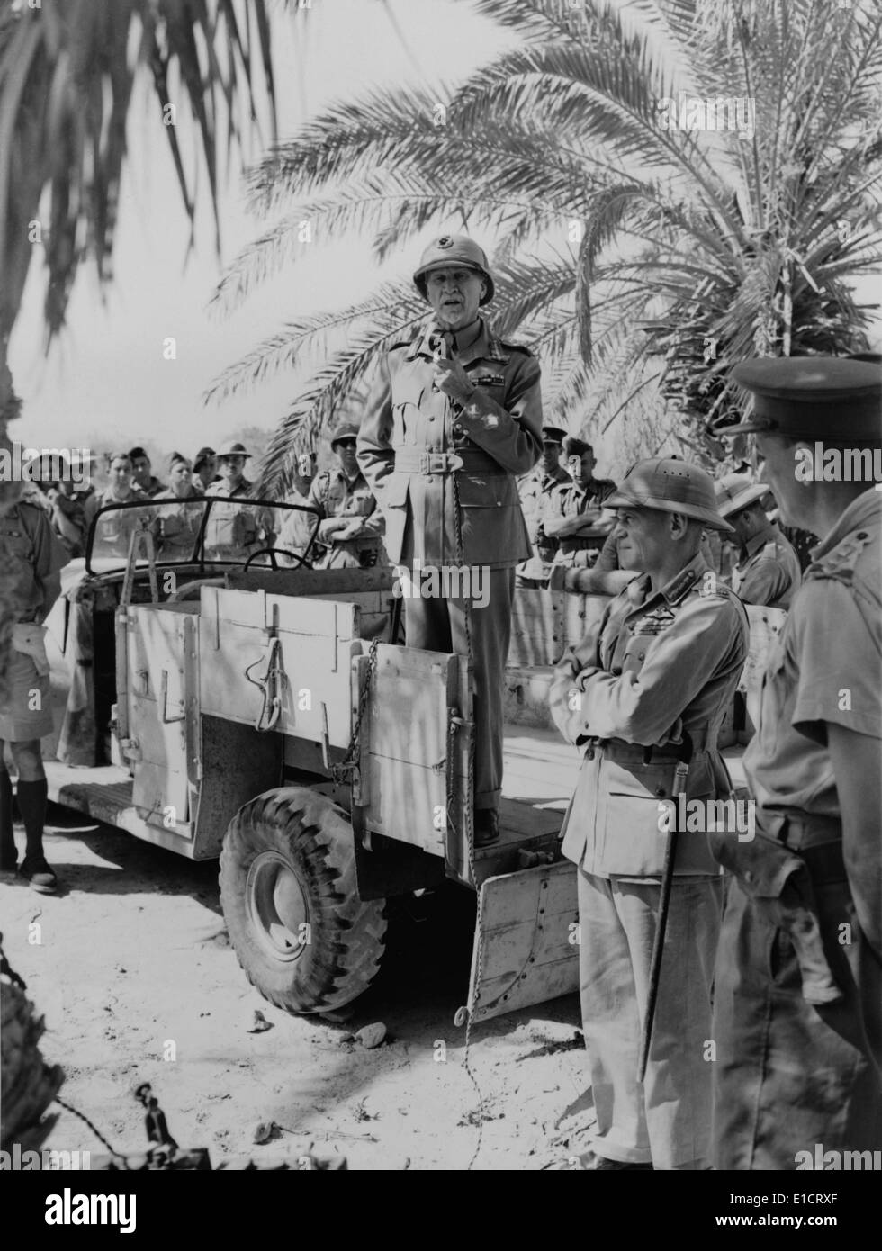 Prime Minister Jan Christiaan Smuts, speaks to South African troops from the back of truck. Ca. 1941-43. In the foreground is - Stock Image