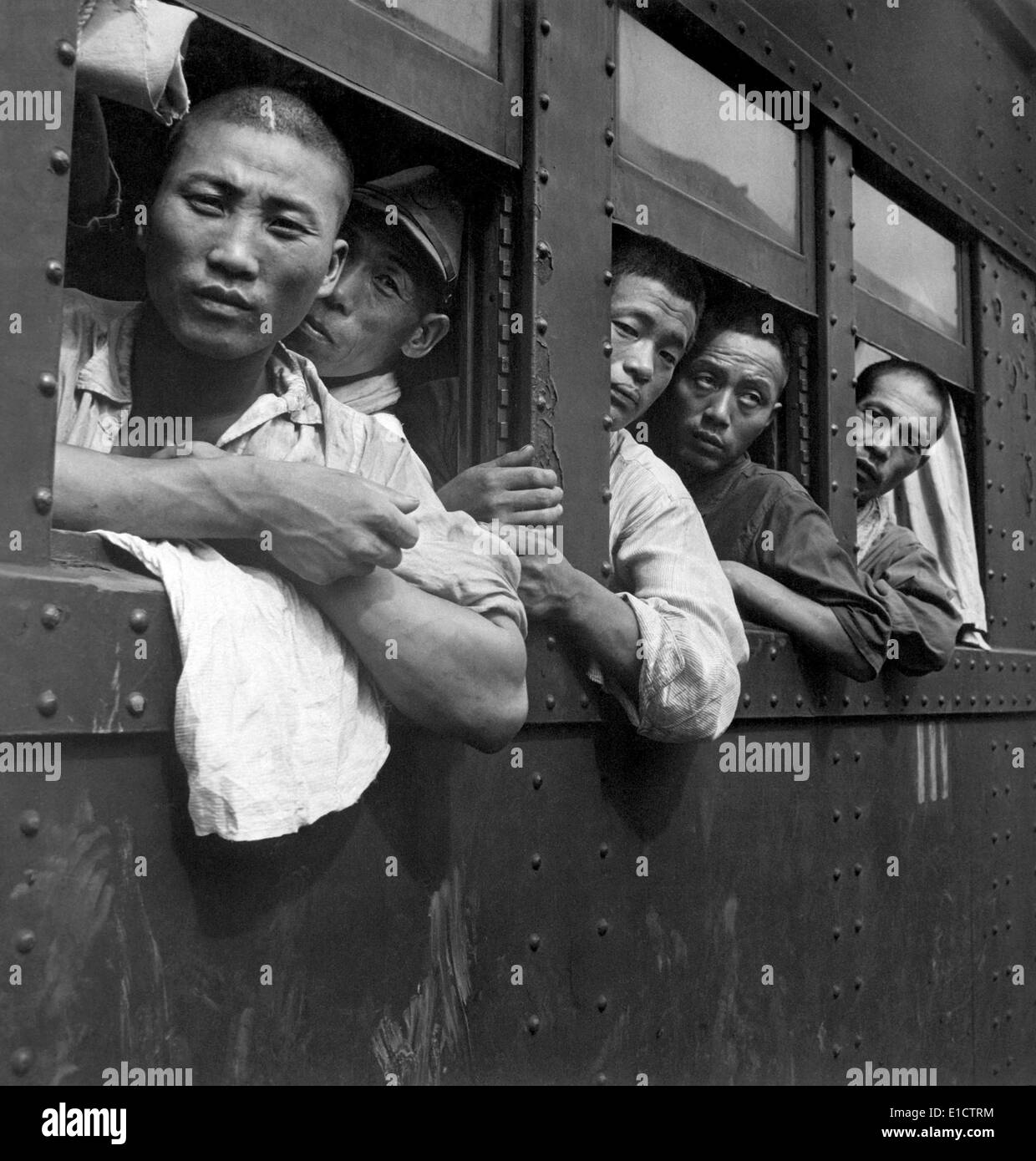 Discharged Japanese soldiers going home after the end of World War 2. Sept. 1945. (BSLOC_2013_14_280) - Stock Image