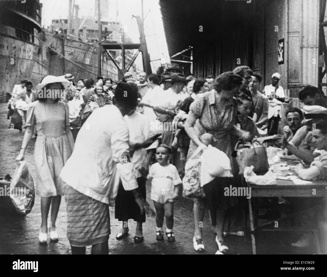 British colonial women and children evacuated from Singapore shortly before the Japanese invasion. World War 2, Jan.-Feb. 1942. - Stock Image