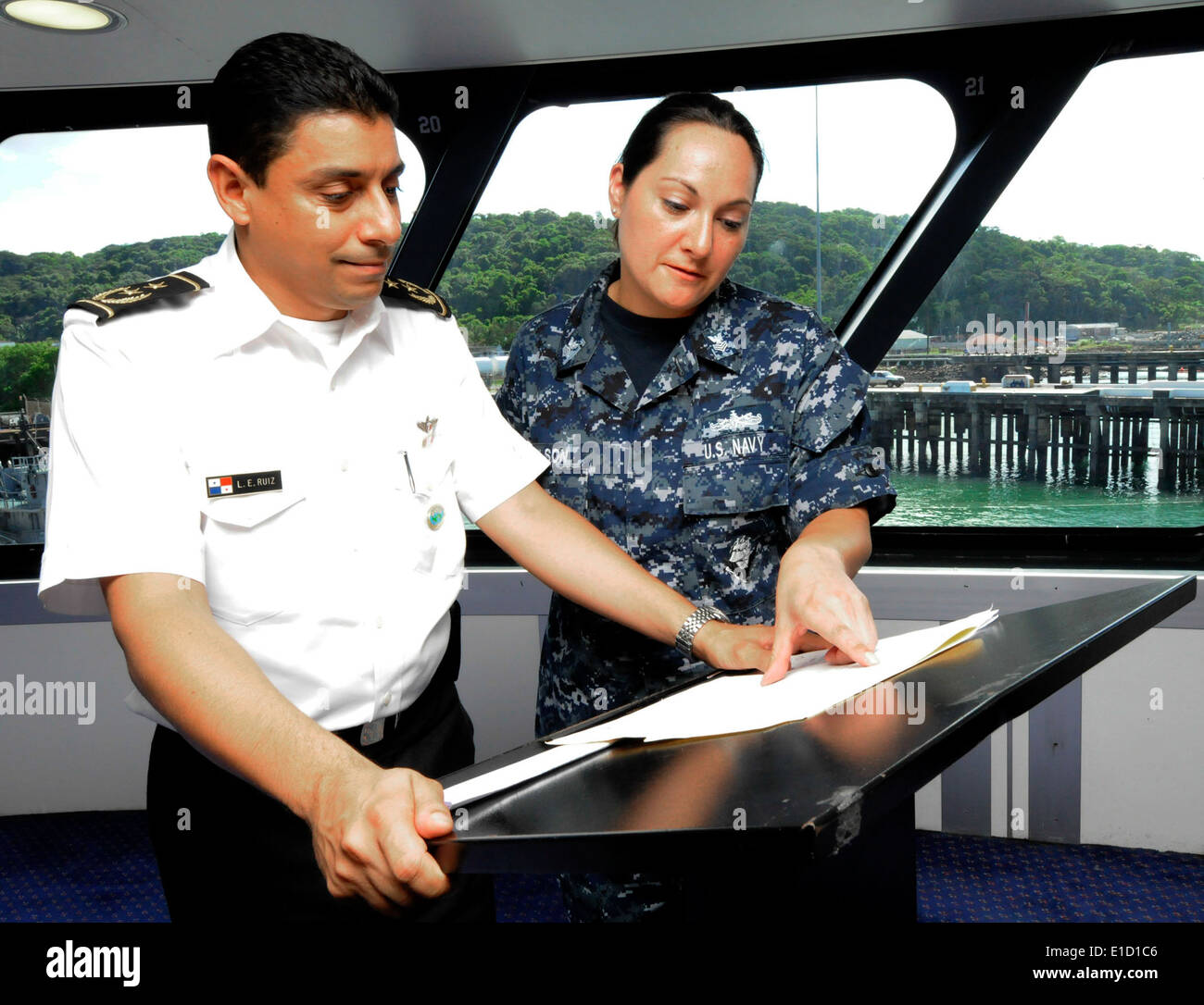 U.S. Navy Yeoman 1st Class Ursula Wilson, right, interprets a portion of a speech given by Panamanian Aeronaval Col. L.E. Ruiz - Stock Image