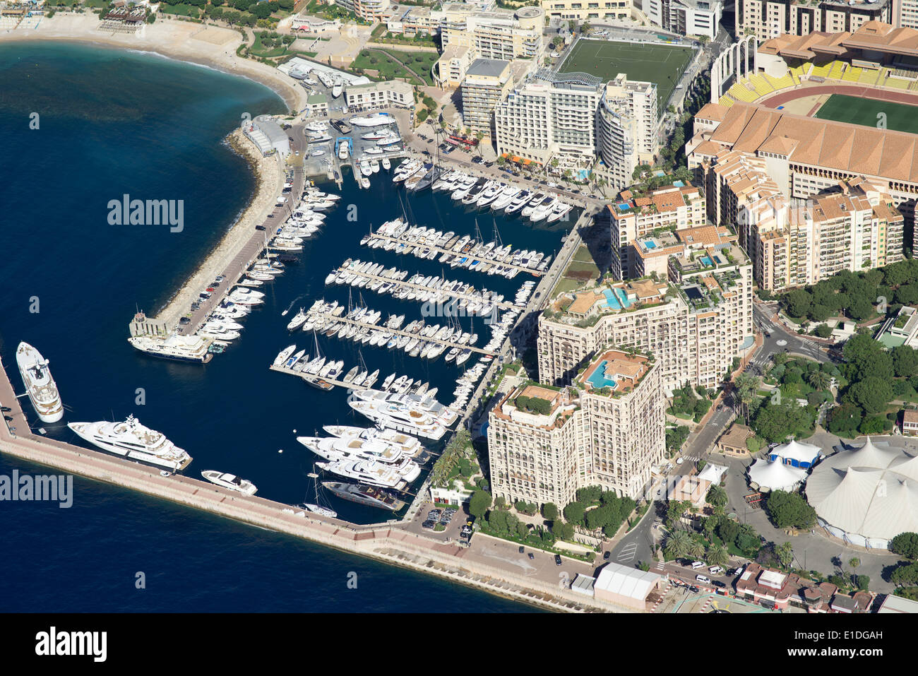 INTERNATIONAL BORDER: FONTVIEILLE HOUSING DEVELOPMENT (IN MONACO) AND CAP D'AIL MARINA (IN FRANCE) (aerial view). - Stock Image