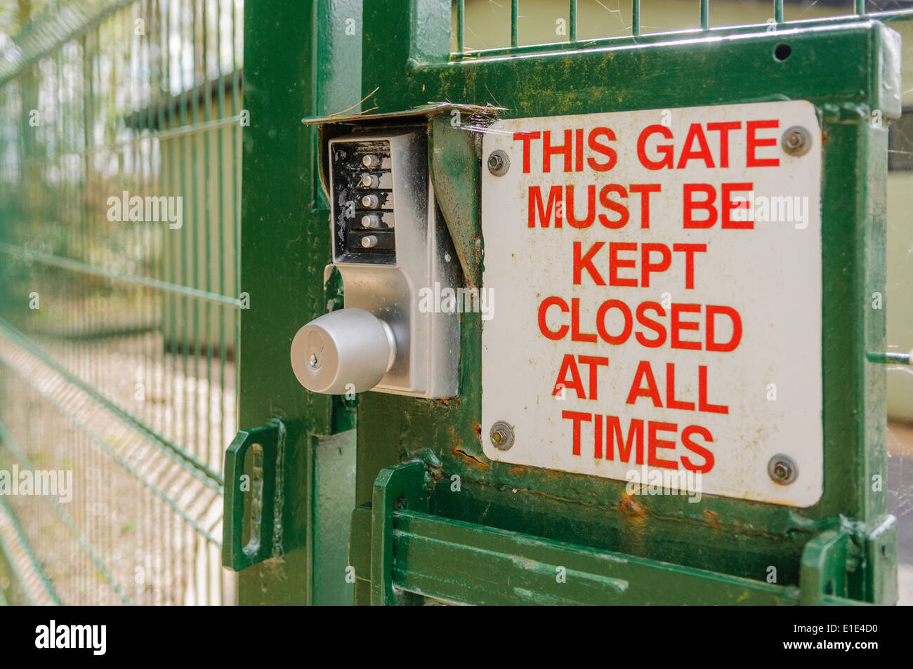 Sign on a security gate advising that it must be kept closed. - Stock Image