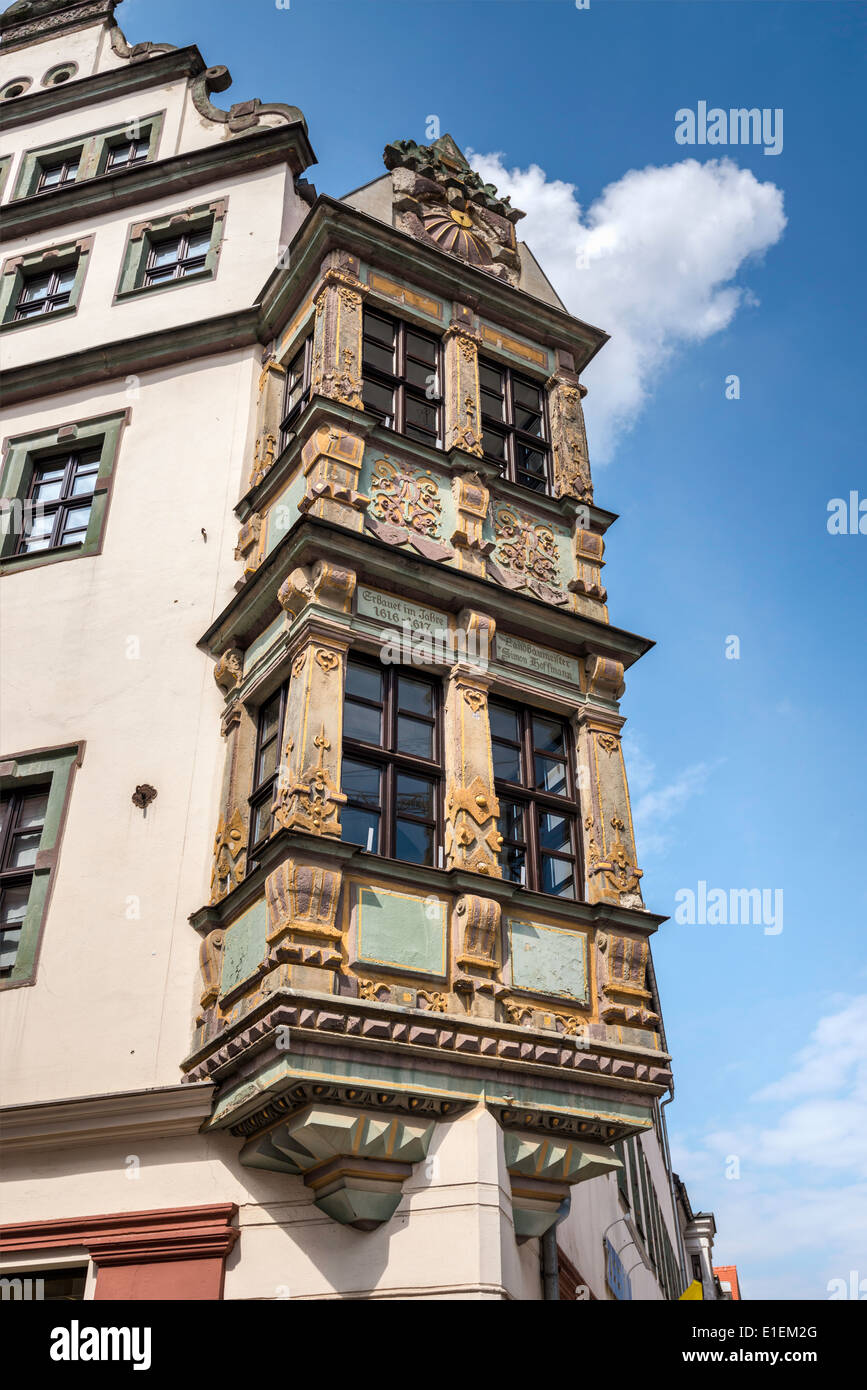 Oriel window, dated 1617, at house on Burgstrasse 5, street musician, Freiberg, Saxony, Germany - Stock Image
