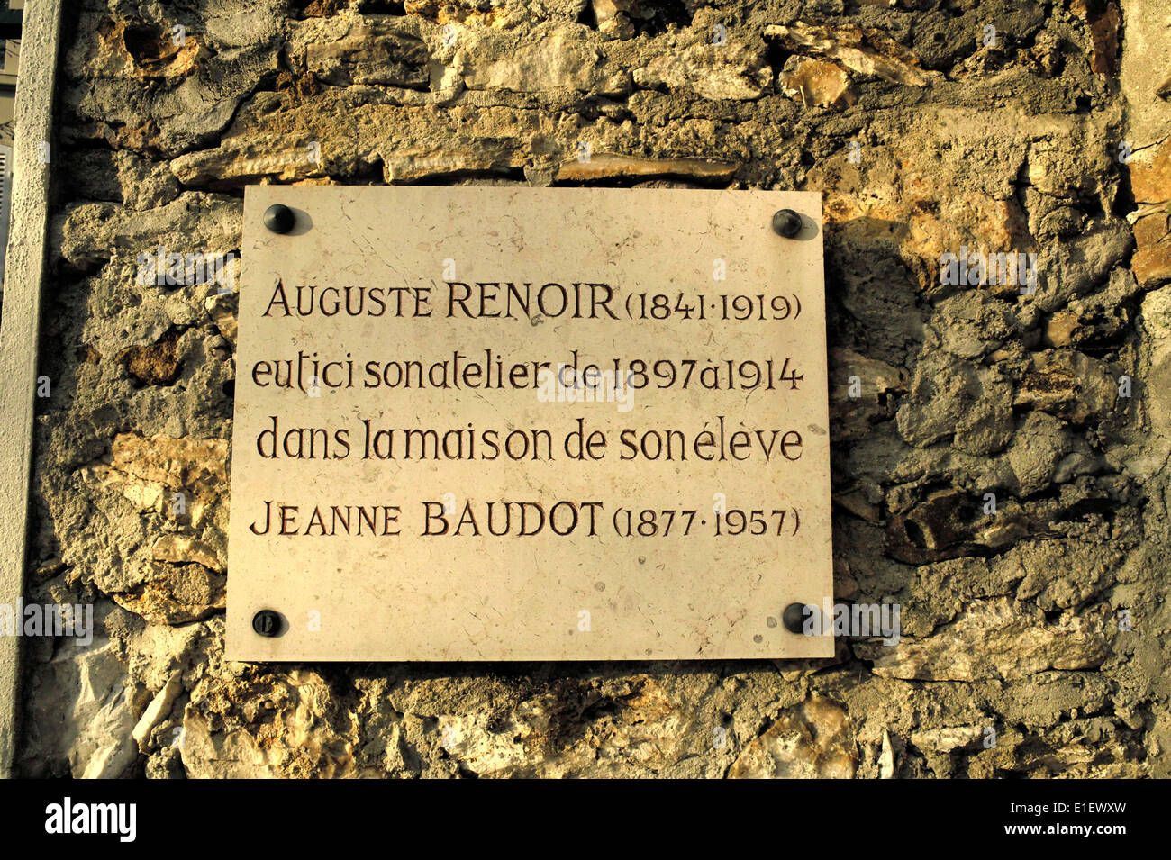 AJAXNETPHOTO .- LOUVECIENNES,FRANCE. PLAQUE ON A PROPERTY GATEPOST IN THE VILLAGE NAMED FOR THE ARTIST PIERRE AUGUSTE Stock Photo