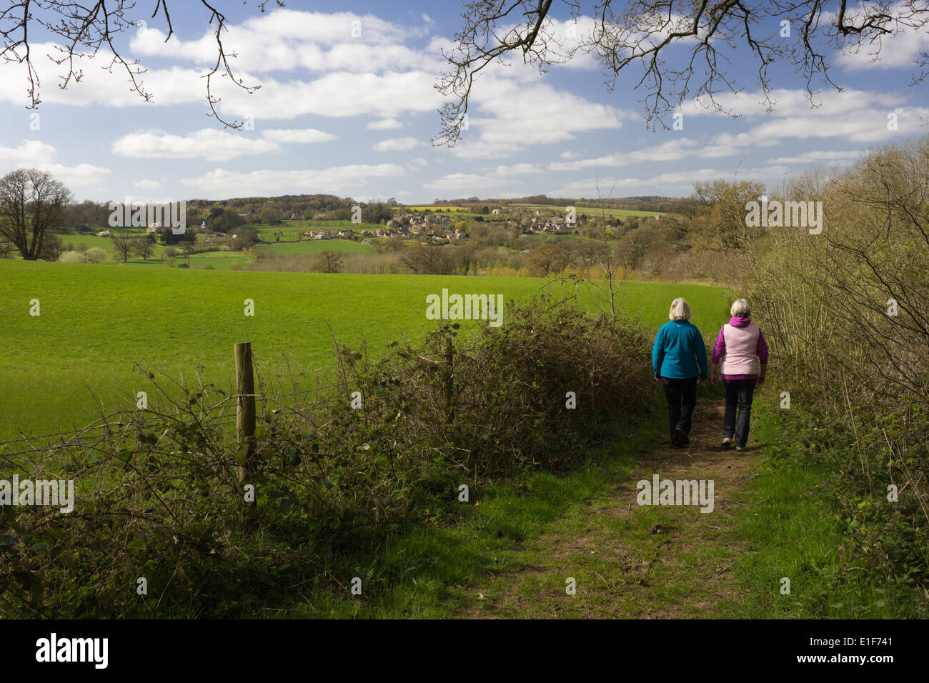 Walkers on the Monarchs Way footpath outside Longborough - Stock Image