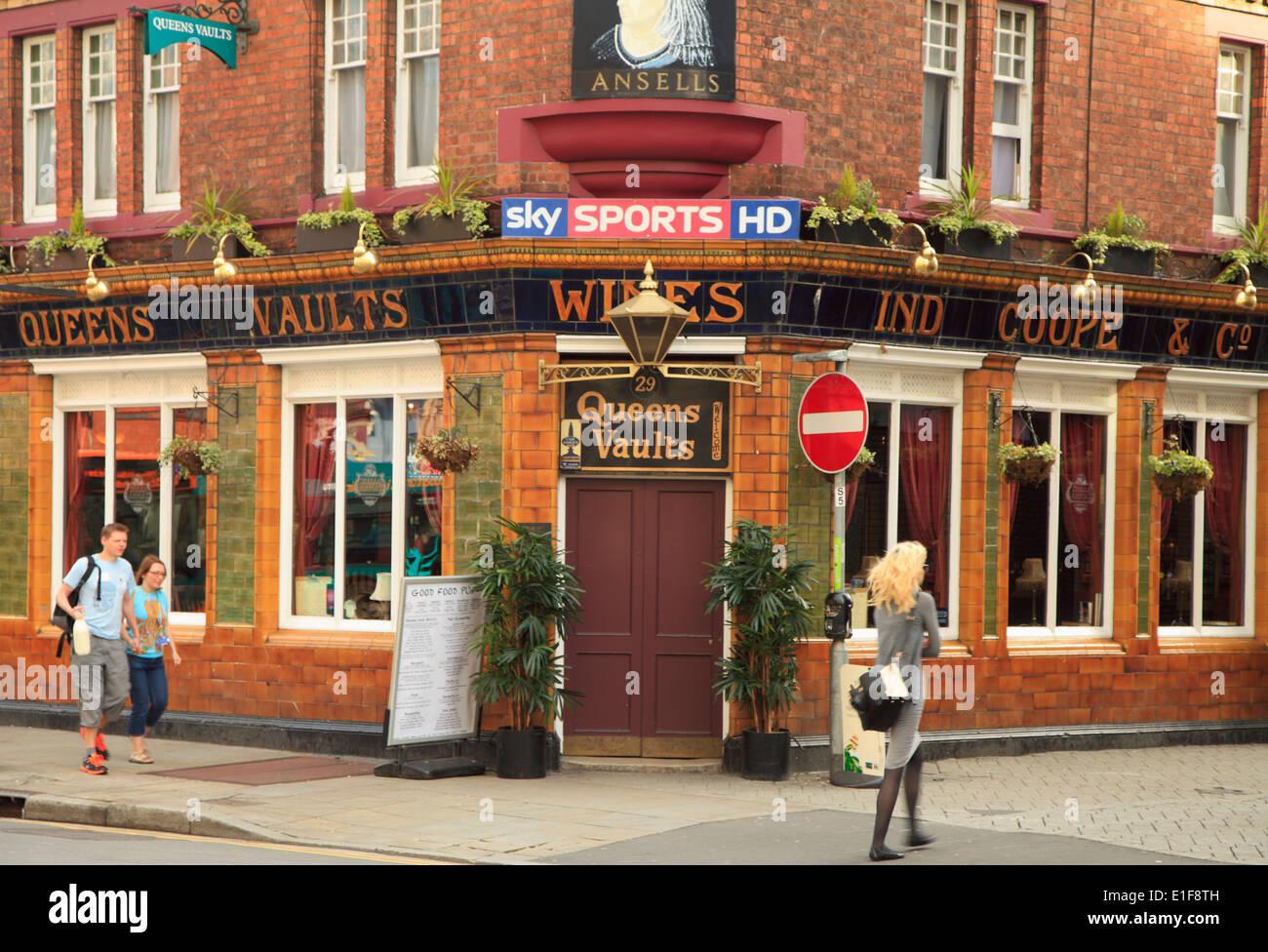 UK, Wales, Cardiff, street scene, pub, restaurant, people, - Stock Image