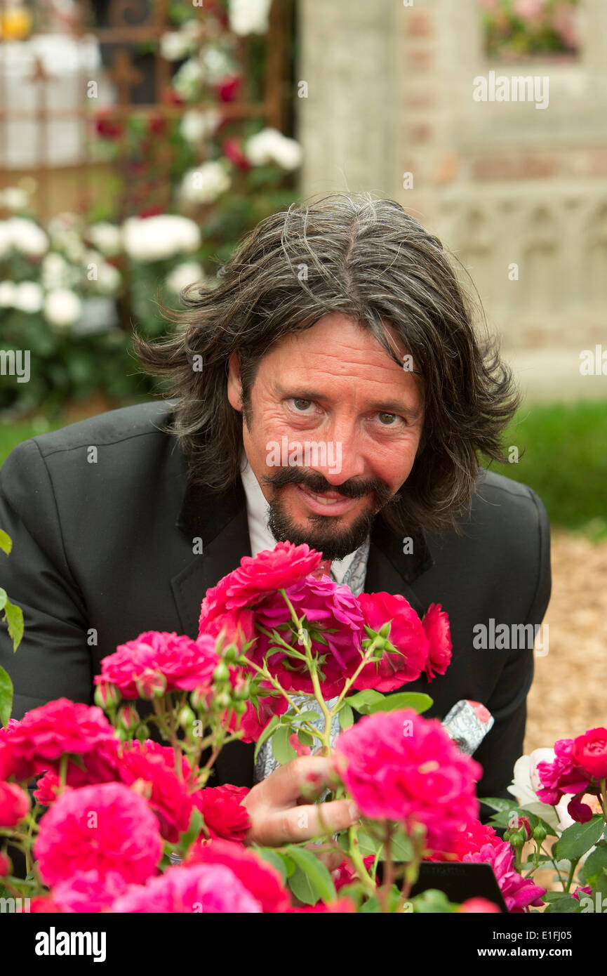 Laurence Llewelyn-Bowen with Frilly Cuff rose at Chelsea Flower Show 2014 - Stock Image