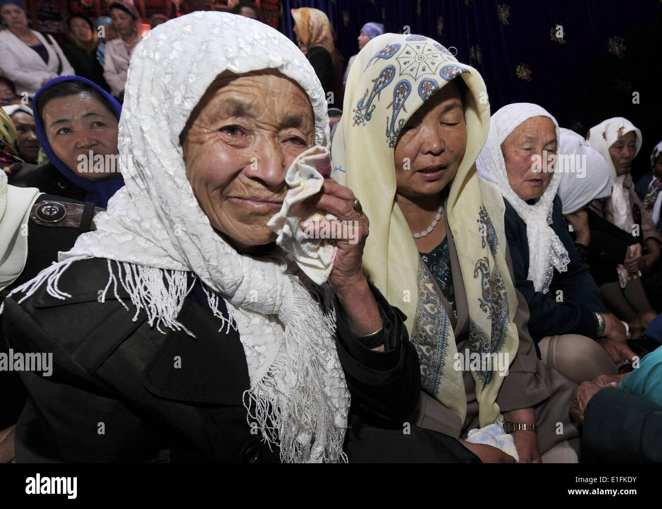 (140603) -- AKQI COUNTY, June 3, 2014 (Xinhua) -- Local residents mourn for the late Kyrgyz epic singer Jusup Mamay Stock Photo