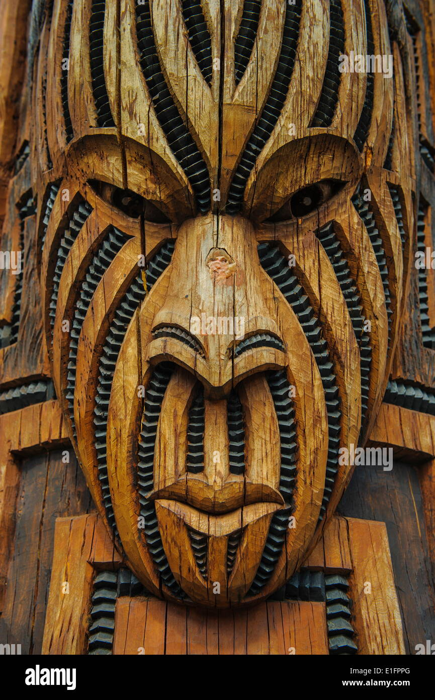 Traditional wood carved mask in the Te Puia Maori Cultural Center, Rotorura, North Island, New Zealand, Pacific - Stock Image