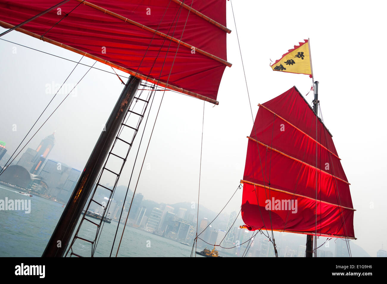 Traditional Red-Sailed Chinese junk in Victoria Harbour, Hong Kong - Stock Image