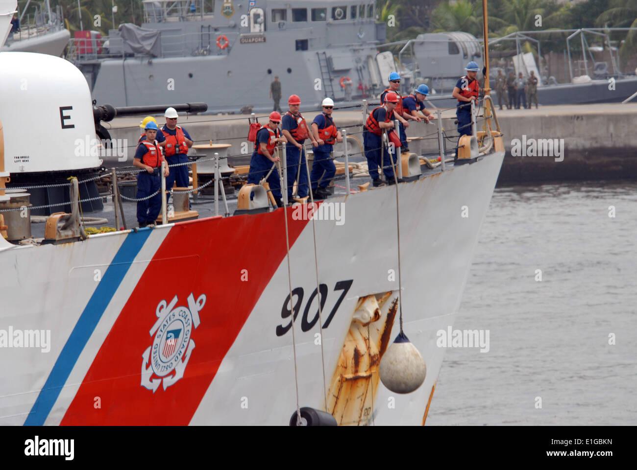 110502-N-ZI300-032 RIO DE JANEIRO (May 2, 2011) U.S. Coast Guard cutter USCGC Escanaba (WMEC 907) gets undereway after six days - Stock Image
