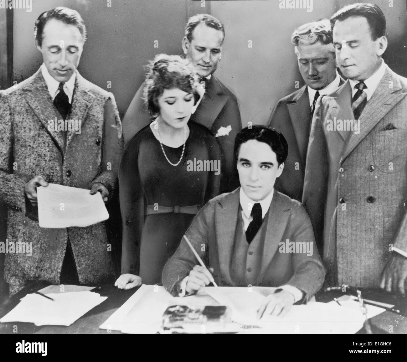 DW Griffith, Mary Pickford, Charlie Chaplin, Douglas Fairbanks signing contract establishing United Artists motion picture - Stock Image