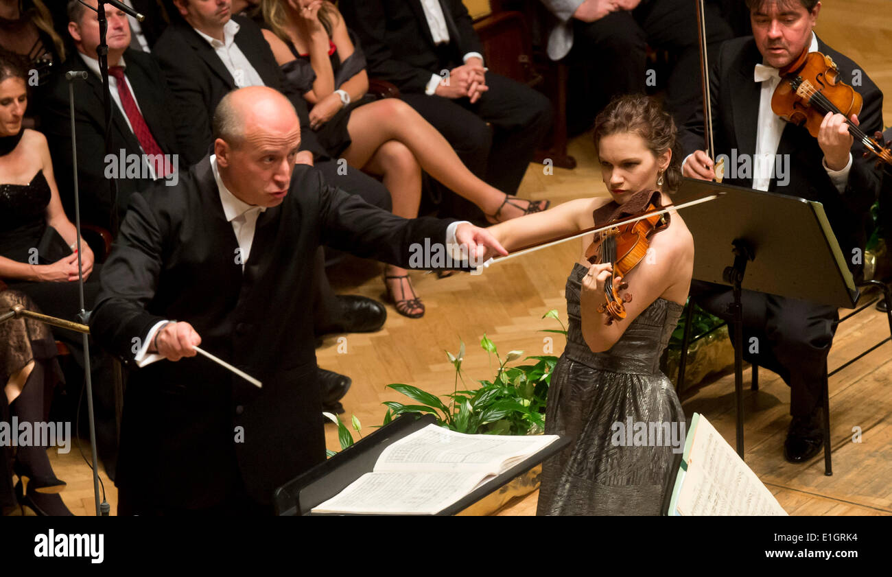 Frankfurt Radio Symphonic Orchestra conducted by Estonian conductor Paavo Jarvi (left) performed during the closing concert of the 69th year of the Prague Spring in Smetana Hall on June 3, 2014 in Prague, Czech Republic. Pictured right American violinist Hilary Hahn. (CTK Photo/Vit Simanek) - Stock Image