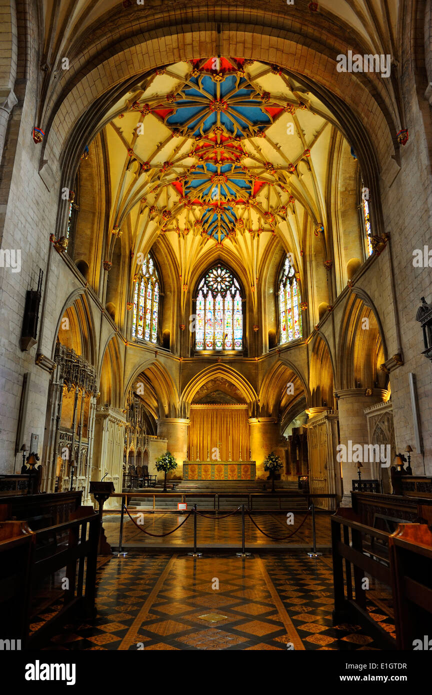 The high altar and ornate vaulted ceiling of Tewkesbury Abbey, Gloucestershire, England - Stock Image